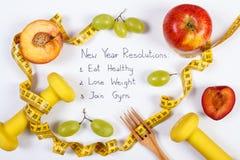 Résolutions ou buts de nouvelle année, fruits, haltères et ruban métrique, nourriture saine et concept de mode de vie Photo stock