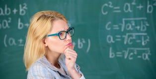 Résolvez la tâche de mathématiques Résolvez cette tâche Connaissances de base d'éducation d'école La femme de professeur pensent  images stock