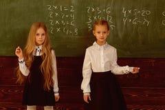 Résolvez le problème deux écolières résolvent le problème à l'école résolvez le problème à la leçon d'école s'aider à résoudre photographie stock libre de droits