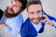 Résolvez les problèmes immédiatement Les experts en matière d'affaires en ligne soutiennent haut étroit Les hommes d'affaires tie photos stock