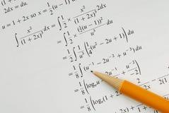 Résolvez un problème de mathématiques d'université image libre de droits