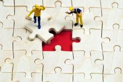 Résoudre un puzzle d'affaires photographie stock