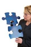 Résoudre un puzzle denteux Photographie stock libre de droits