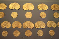 Résultats de tombe d'arbre : Ornements d'or Image libre de droits