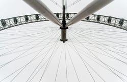 Résumé au-dessous de vue d'attraction de roue d'oeil de Londres pendant le jour nuageux gris photographie stock libre de droits