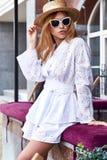 Résumé blanc élégant sexy de visage de costume de robe de coton d'usage de femme joli Photos libres de droits