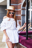 Résumé blanc élégant sexy de visage de costume de robe de coton d'usage de femme joli Photo stock