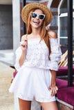 Résumé blanc élégant sexy de visage de costume de robe de coton d'usage de femme joli Images stock