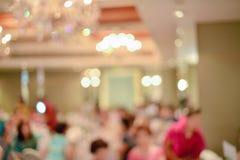 Résumé brouillé de la cérémonie de mariage dans le hall de convention images libres de droits