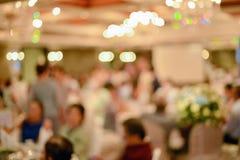 Résumé brouillé de la cérémonie de mariage dans le hall de convention photographie stock libre de droits