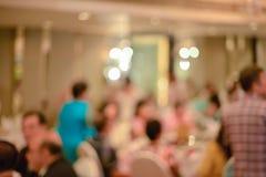 Résumé brouillé de la cérémonie de mariage dans le hall de convention images stock