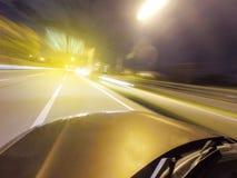 résumé brouillé Expédiez en conduisant la voiture pendant la nuit sur la route Photo libre de droits