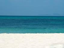 Résumé brouillé sur le fond de plage d'océan d'été de vacances Ciel bleu clair, belle mer tropicale, eau bleue et petit morceau g Photographie stock