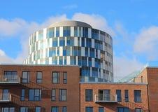 Résumé des bâtiments bleus ronds et des appartements rouges de tuile Image libre de droits