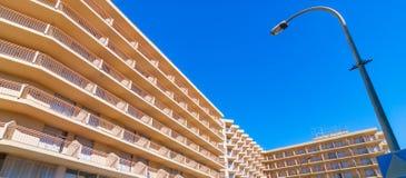 Résumé des balcons ensoleillés de bâtiment photographie stock libre de droits