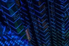 Résumé en gros plan du modèle des murs menés vifs bleus de contre-jour du haut bâtiment rougeoyant, éclairage moderne des bâtimen Photo libre de droits