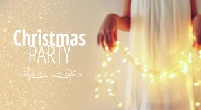 Résumé et image de bokeh de jeune femme tenant des lumières de Noël de guirlande et la typographie : FÊTE DE NOËL Conce d'invitat photos libres de droits