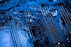 Résumé, fin des circuits électroniques en technologie sur le fond d'ordinateur de Mainboard image stock