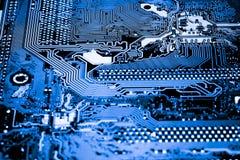 Résumé, fin des circuits électroniques en technologie sur le fond d'ordinateur de Mainboard photos libres de droits