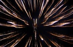 Résumé - les feux d'artifice jaunes allume le ciel nocturne Photographie stock libre de droits