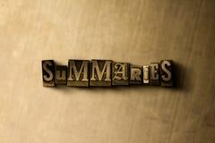 RÉSUMÉS - plan rapproché de mot composé par vintage sale sur le contexte en métal Image libre de droits