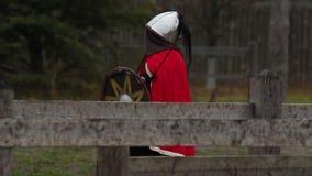 Rétablissement historique Chevalier féminin médiéval disposant à lutter avec des ennemis banque de vidéos