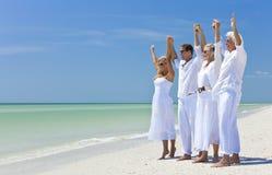 Rétablissements de famille célébrant sur la plage Images libres de droits