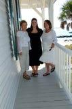 Rétablissements des femmes sur le porche Images stock