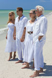 Rétablissements des mains de fixation de famille sur une plage Image libre de droits