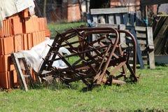 Rétro équipement agricole rouillé abandonné de ferme de cru utilisé pour travailler avec des tracteurs sur le sol laissé dans l'a photos libres de droits