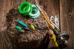 Rétro équipement pour pêcher avec des mouches, des flotteurs et des tiges Photos stock