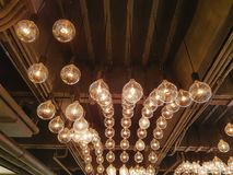 Rétro accrocher décoratif a illuminé les ampoules à l'intérieur de la salle photographie stock