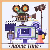 Rétro affiche de concept de cinéma avec le mégaphone, lampe, microphone, moniteur, caméscope, illustration détaillée réaliste de  Photos stock