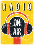 Rétro affiche grunge typographique de station de radio Microphone sur l'air Illustration de vecteur Photos stock