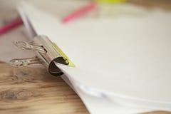 Rétro agrafe de reliure en métal avec des tons chauds de vintage tenant le papier ensemble Photographie stock libre de droits