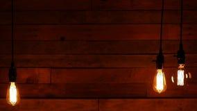 Rétro ampoule accrochante urbaine sur le fond en bois banque de vidéos