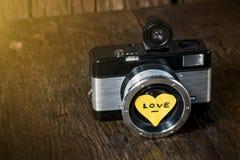 Rétro appareil-photo avec amour de coeur Images libres de droits