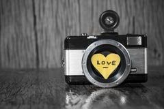 Rétro appareil-photo avec amour de coeur Photographie stock libre de droits