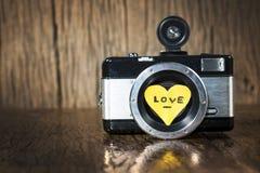 Rétro appareil-photo avec amour de coeur Photos libres de droits