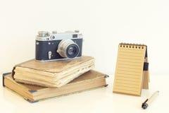 Rétro appareil-photo avec de vieux livres Photos stock