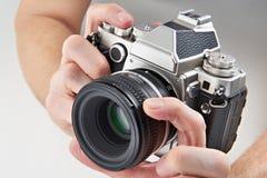Rétro appareil-photo de SLR dans des mains Photos libres de droits