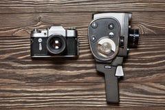 Rétro appareil-photo de SLR et appareil-photo de film mécanique sur le backgroun en bois Images libres de droits