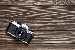 Rétro appareil-photo de SLR sur le fond en bois Images libres de droits