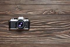 Rétro appareil-photo de SLR sur le fond en bois Photo stock