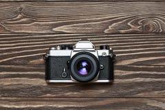 Rétro appareil-photo de SLR sur le fond en bois Image libre de droits