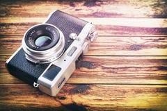 Rétro appareil-photo de vintage sur le fond en bois de table Photos libres de droits