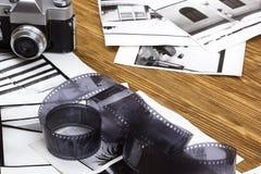 Rétro appareil-photo, film et quelques vieilles photos photo libre de droits