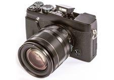 Rétro appareil photo numérique mirrorless moderne du dos, d'isolement sur Wh photographie stock