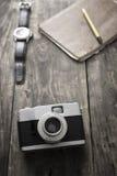 Rétro appareil-photo sur la table Photo stock
