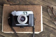 Rétro appareil-photo sur la table Images stock